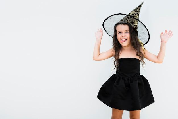 Vue de face, petite fille en costume de sorcière avec espace de copie