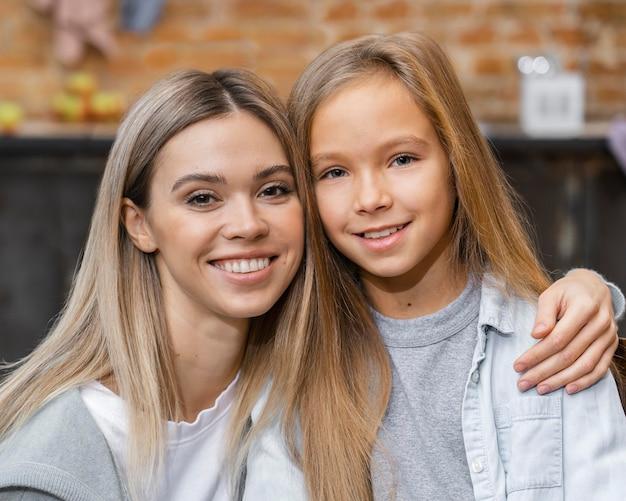 Vue de face de la petite fille posant avec son coiffeur