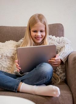 Vue de face de la petite fille avec tablette