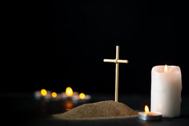 Vue de face de la petite tombe avec des bougies sur le noir