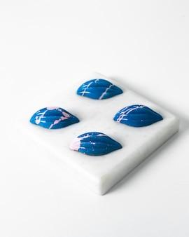 Vue de face pierres bleues lumineuses belles sur l'éponge blanche