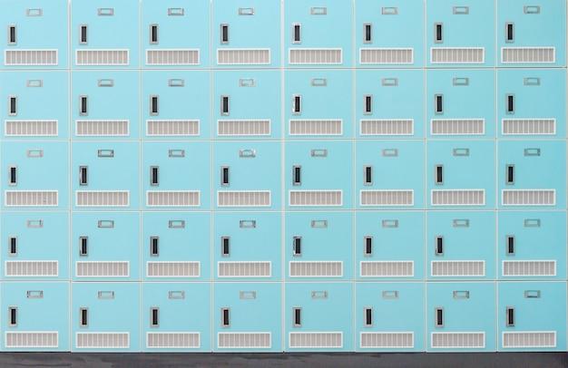 Vue de face d'une pile de casiers scolaires en métal vert printemps avec serrures à combinaison