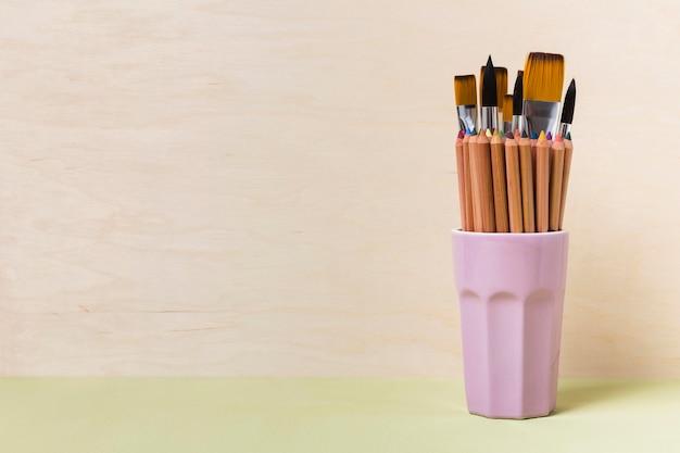 Vue de face des pinceaux avec espace copie