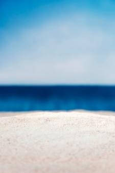 Vue de face de la plage défocalisée vide
