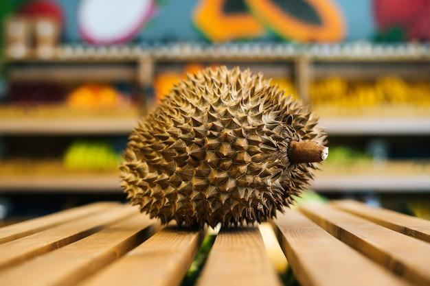 Vue de face de plan rapproché de litchi juteux frais se tenant sur la palette en bois à la section de fruits et légumes