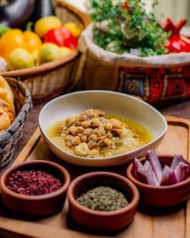 Vue de face plat traditionnel azerbaïdjanais piti aux herbes séchées et oignons sumac