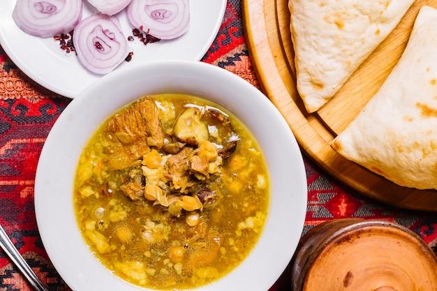Vue de face plat traditionnel azerbaïdjanais piti aux oignons