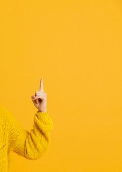 Vue de face pointant à la main