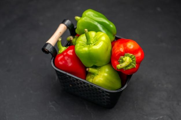 Vue de face poivrons frais à l'intérieur du panier sur fond sombre photo couleur salade repas mûrs