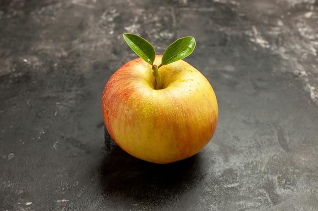 Vue de face pomme fraîche sur les fruits noirs mûrs vitamine arbre jus moelleux couleur photo