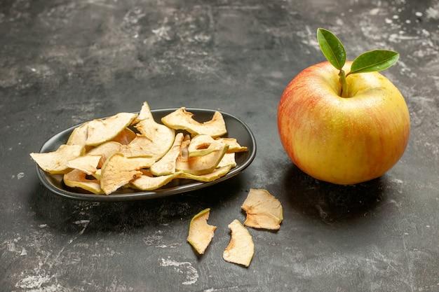 Vue de face pomme fraîche avec pomme séchée sur fruits noirs mûrs vitamine arbre jus moelleux couleur photo