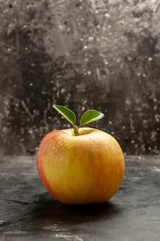Vue de face pomme mûre fraîche sur la couleur de la photo de l'arbre à jus sombre et moelleux