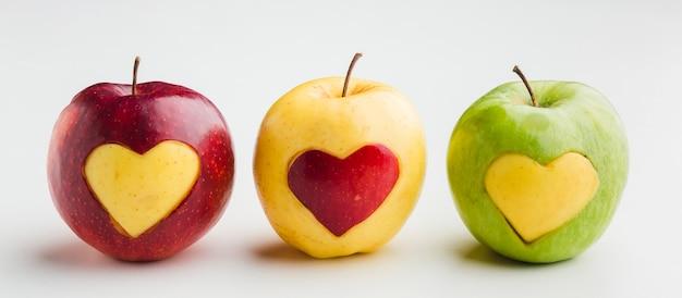 Vue de face des pommes avec des formes de coeur de fruits