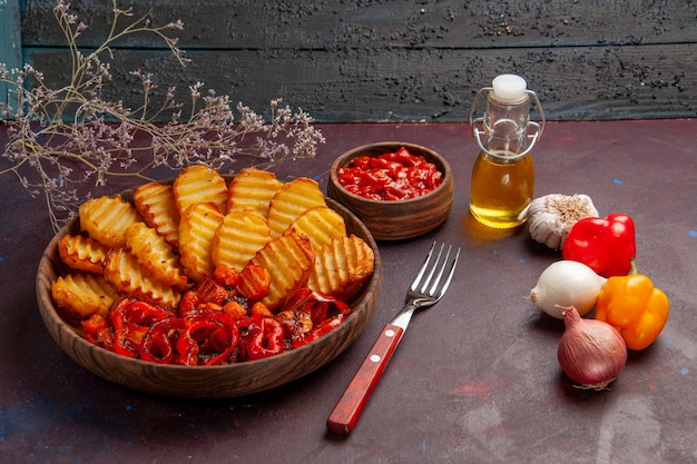 Vue de face de pommes de terre au four avec des légumes cuits sur l'espace sombre