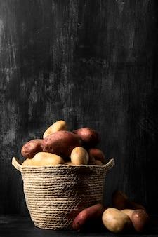 Vue de face des pommes de terre dans un panier avec copie espace
