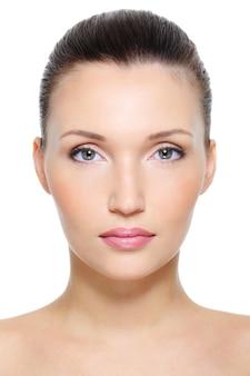 Vue de face portrait d'un visage de femme jeune beauté