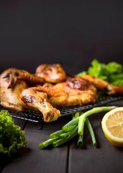 Vue de face poulet entier cuit au four