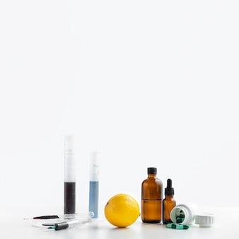 Vue de face des produits chimiques et de l'espace de copie de citron
