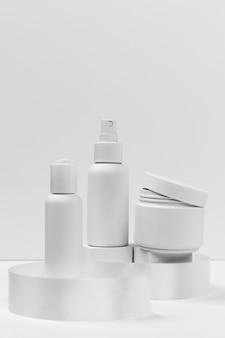Vue de face des produits cosmétiques avec espace copie