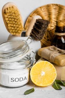 Vue de face de produits de nettoyage écologiques sertis de citron et de bicarbonate de soude