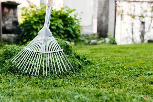 Vue de face ratisser l'herbe