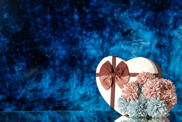 Vue de face saint valentin présent avec des fleurs sur fond bleu couleur amour sentiment famille beauté coeur couple