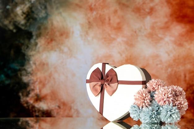 Vue de face saint valentin présent avec des fleurs sur fond clair mariage couleur passion famille beauté amour sentiment