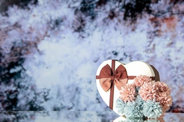 Vue de face saint valentin présent avec des fleurs sur fond clair sentiment de beauté famille couple amour coeur