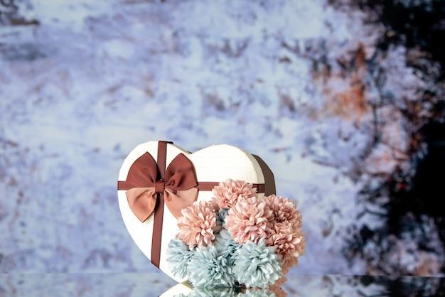 Vue de face saint valentin présent avec des fleurs sur fond clair sentiment famille beauté couple passion amour coeur