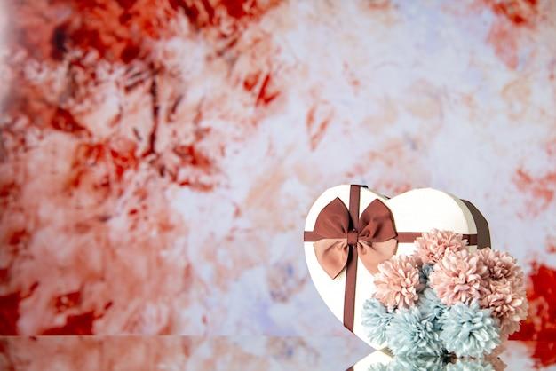 Vue de face saint valentin présent avec des fleurs sur fond clair sentiment famille beauté passion amour coeur mariage