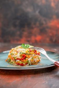 Vue de face salade de légumes frais à l'intérieur de l'assiette sur un repas de couleur sombre nourriture photo vie saine régime