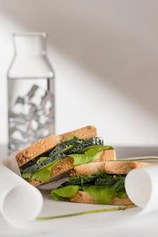 Vue de face des sandwichs au concombre et aux légumes verts