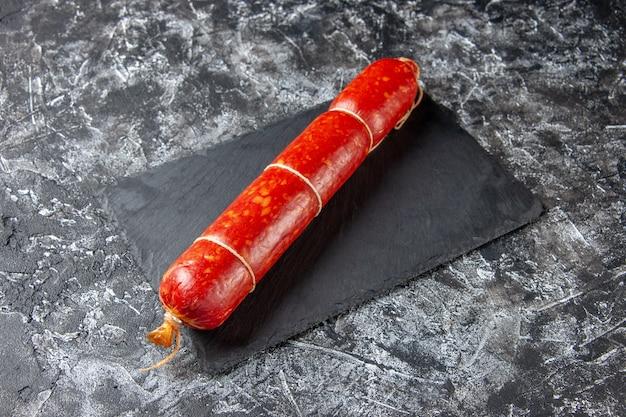 Vue de face de la saucisse fraîche sur un repas de pain de viande de sandwich à hamburger de couleur foncée claire