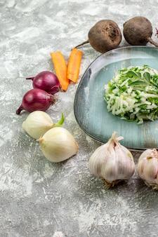 Vue de face savoureuse salade de chou aux légumes frais