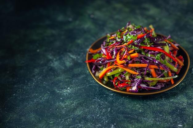 Vue de face savoureuse salade de chou sur le fond sombre alimentation vacances régime alimentaire santé repas déjeuner snack-pain