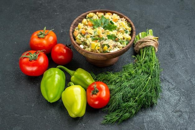 Vue de face savoureuse salade mayyonaise avec des légumes frais et des verts sur une surface grise plat de collation repas santé salade