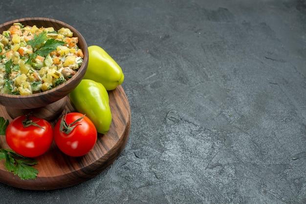 Vue de face savoureuse salade mayyonaise avec légumes frais et verts sur une surface grise plat de repas santé salade