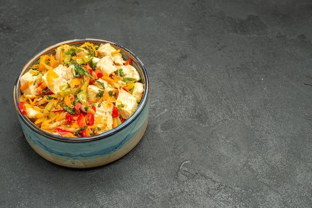 Vue de face savoureuse salade de poulet avec des légumes sur une table sombre salade santé mûre