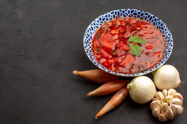 Vue de face savoureuse soupe de betterave ukrainienne au bortsch avec des légumes frais sur un espace sombre