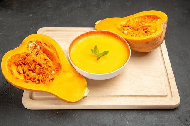 Vue de face savoureuse soupe de citrouille avec des citrouilles fraîches sur la soupe de fruits plat de bureau léger