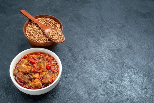 Vue de face savoureuse soupe de légumes au sarrasin cru sur l'espace gris