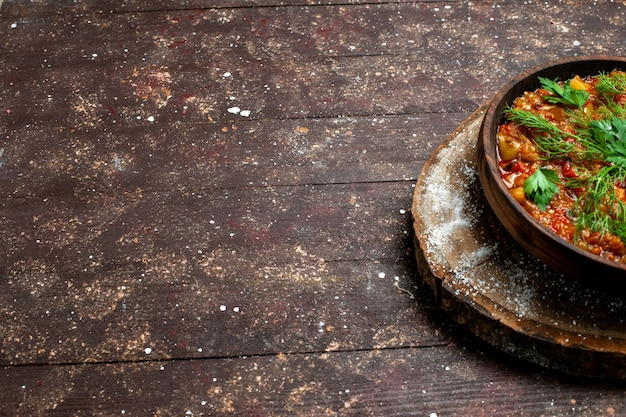 Vue de face savoureux repas cuisiné se compose de tranches de légumes et de verts