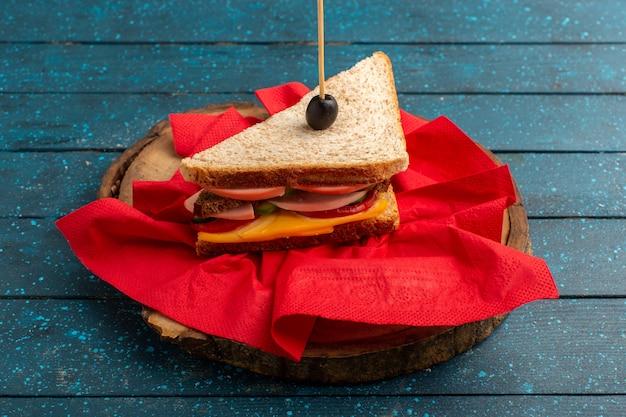 Vue de face savoureux sandwich avec tomates jambon d'olive sur bois