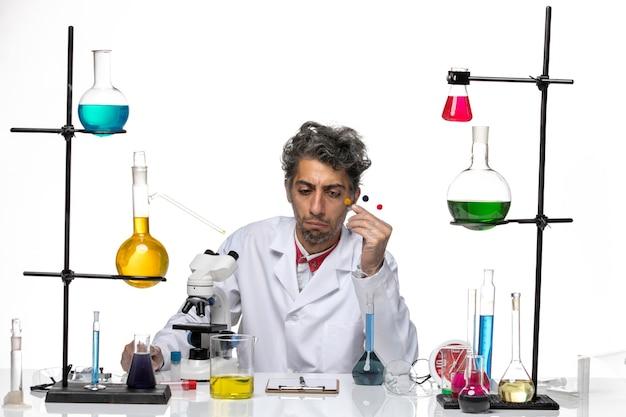 Vue De Face Scientifique Masculin Tenant Des échantillons Sur Fond Blanc Covid Laboratoire De Santé Coronavirus Photo gratuit