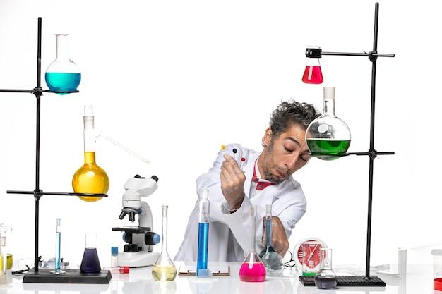 Vue de face scientifique masculin tenant des échantillons sur fond blanc laboratoire coronavirus covid- santé