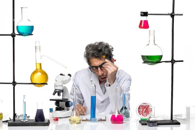 Vue De Face Scientifique Masculin Tenant Des échantillons Sur Fond Blanc Laboratoire Virus Covid Science Santé Photo gratuit