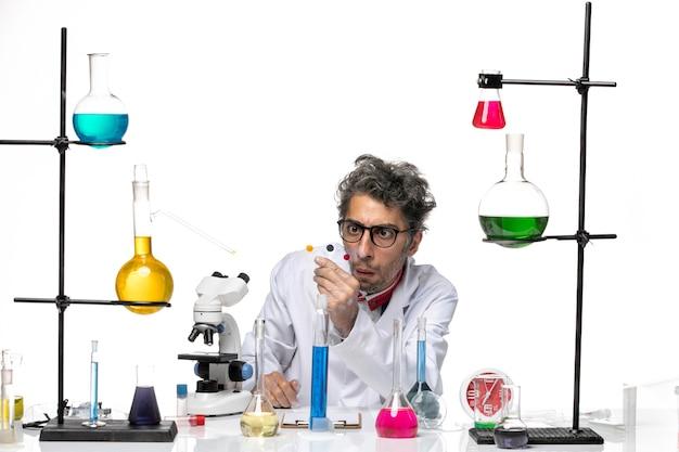 Vue de face scientifique masculin tenant des échantillons sur fond blanc laboratoire virus covid science santé