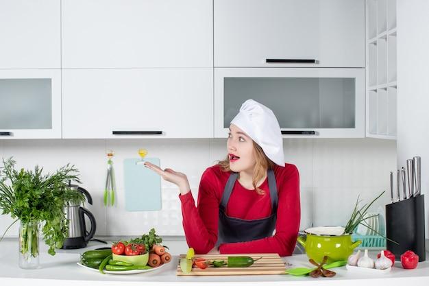Vue de face se demandait chef féminin en chapeau de cuisinier