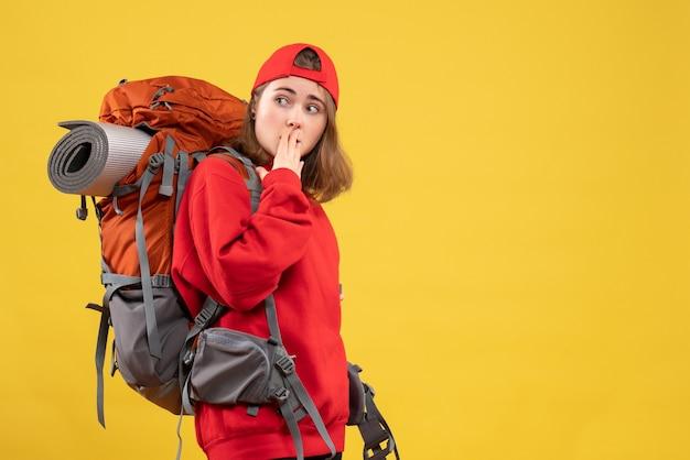 Vue de face se demandait femme voyageur avec sac à dos regardant quelque chose