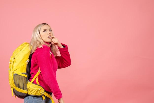 Vue de face se demande femme voyageur avec sac à dos